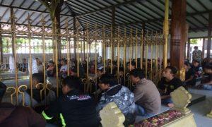 Ratusan orang yang tergabung dalam Komunitas Biker Rembang (KBR) berziarah ke makam RA. Kartini, Minggu (15/04).