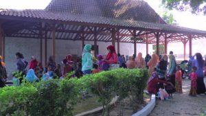 Peziarah rela antre di luar makam. (gambar atas) berdo'a di dekat pusara makam RA. Kartini.