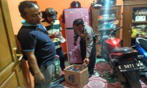 Anggota Polsek Lasem merazia Miras di sebuah rumah, Kamis malam (19/04).
