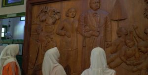 Museum Kartini di Rembang. Mulai diorama RA. Kartini hingga meja rias yang kental dengan mitos awet muda.