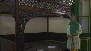 Nugraheni Saputri Nurhidayah, guide wisata Museum Kartini saat berada di dekat tempat tidur peninggalan RA. Kartini.