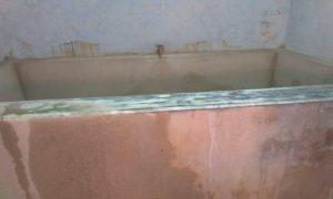 Bak kamar mandi di rumah salah satu pelanggan PDAM di Desa Punggurharjo Kecamatan Pancur tampak kosong. (gambar atas) Sebuah keluarga berfoto selfie dulu, sebelum mengungsi mandi ke tempat lain.