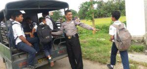 Sejumlah pelajar di Lasem menumpang mobil polisi, saat akan pulang sekolah, belum lama ini.