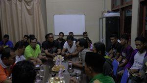 Suasana pertemuan antara wartawan, pemain dan manajemen PSIR Rembang di Sekretariat PWI, Minggu malam.