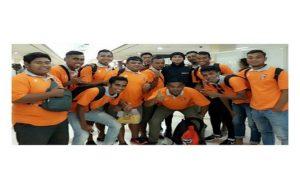 Para pemain PSIR Rembang berangkat ke Riau. Saat di bandara ketemu dengan penyanyi, Anji dan menyempatkan foto bareng.