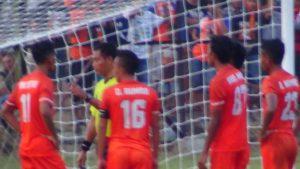 Pemain PSIR Rembang melancarkan protes terhadap gol kedua Semen Padang. (gambar atas) Massa suporter PSIR berada di depan Stadion Krida, Sabtu petang.