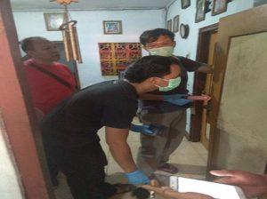 Polisi menggelar olah TKP di rumah Samingan. (Gambar atas) Kondisi kamar acak – acakan disatroni pencuri.
