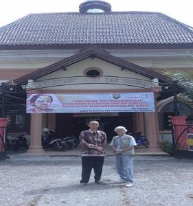 Kunjungan sejarawan asal Belanda, Ronald Gill saat berada di depan Perpustakaan Daerah Kabupaten Rembang, Sabtu (07/04).