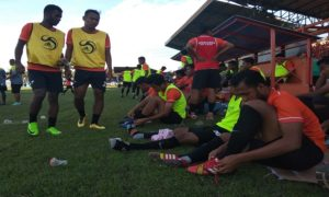 Pemain PSIR Rembang bersiap – siap masuk lapangan, dalam sebuah laga uji coba, belum lama ini.