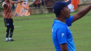 Pelatih PSIR Rembang, Uston Nawawi memberikan instruksi kepada para pemainnya.