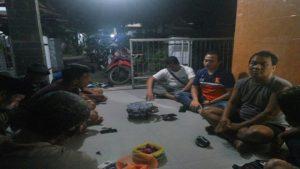Manajemen PSIR Rembang menemui wartawan Semarang TV, Sarman Wibowo. (gambar atas) Sarman menunjukkan kameranya yang dirusak.