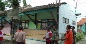 SD N Krikilan Kecamatan Sumber yang ambruk.