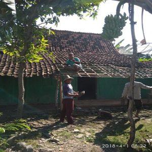 Semangat gotong royong ditunjukkan warga Desa Sumurpule Kecamatan Kragan, ketika membantu perbaikan rumah.