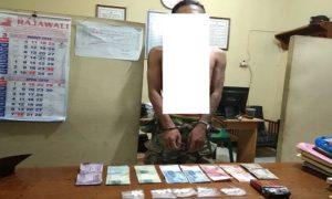 Tersangka penjual pil koplo, diamankan polisi beserta sejumlah barang bukti.