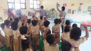 Suasana kelas salah satu TK di Rembang. Tampak guru bersama anggota polisi mengajar bareng.