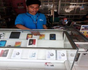 TKP pencurian di Sri Jaya Cell Kragan. (gambar atas) salah satu pelaku, wajahnya terekam kamera CCTV.