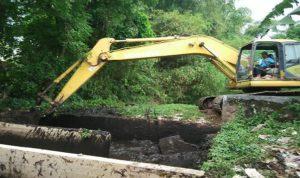 Operator alat berat mengeruk tempat penampungan limbah cair di TPAS Landoh, beberapa waktu lalu.