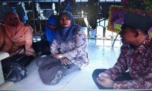 Wartono, penjaga makam RA. Kartini menjawab pertanyaan dari peziarah.