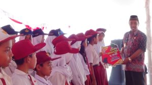 Bupati Rembang, Abdul Hafidz saat berada di tengah – tengah pelajar di Kecamatan Gunem, Kamis (03/05).