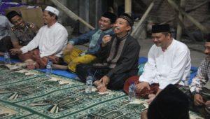 Usai tarawih keliling, Bupati Rembang, Abdul Hafidz berdialog dengan masyarakat di Masjid Manbaus Salam Desa Meteseh Kecamatan Kaliori, Minggu malam.