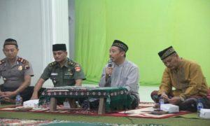 Bupati Rembang, Abdul Hafidz saat berdialog dengan umat di Masjid Al-Fallahin Dusun Ngampel, Desa Karas, Kecamatan Sedan, Senin malam.