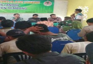 Suasana sosialisasi membahas pengelolaan sampah TPAS. (gambar atas) Atribut berisi penolakan rencana perluasan TPAS Landoh dibentangkan warga, Sabtu (05/05).