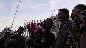 Peserta aksi bersama pendeta Gereja Mahanaim Rembang membacakan pernyataan sikap. (gambar atas) Replika pelaku teror dibakar, Minggu sore.