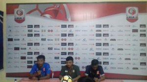 Asisten pelatih PSIR Rembang, Hadi Surento (kaos biru) saat konfrensi pers seusai pertandingan, Jum'at malam.