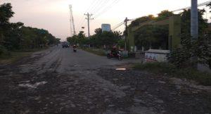 Pengendara sepeda motor enggan melintasi jalan rusak. Mereka lebih memilih lewat ke jalan dalam Perumahan Permata Hijau Ngotet, Rembang.
