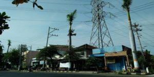 Jalur kabel listrik PLN yang berada di Jl. Pemuda Rembang.