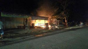 Kebakaran kios bensin dan tambal ban di Desa Mondoteko, sebelah timur Puskesmas Rembang II, Rabu malam.