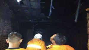 Kebakaran di rumah H. Maskuri, warga Desa Tuyuhan Kecamatan Pancur, Sabtu dini hari.