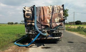 Truk membawa tampungan air, untuk dialirkan ke lahan sawah di Desa Meteseh Kecamatan Kaliori.