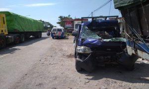Mobil pick up Grand Max ringsek, usai menabrak truk parkir di jalur Pantura Desa Leran, Kecamatan Sluke, Selasa siang.