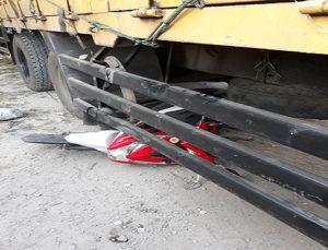 Kecelakaan lalu lintas di pinggir jalur Pantura Desa Pandangan Kulon, Kecamatan Kragan. Posisi sepeda motor berada di bawah truk tronton, Senin pagi.