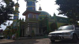 Masjid Khoirul Anam Desa Sumurtawang, Kecamatan Kragan. (gambar atas) Kaligrafi Asmaul Husna di bawah kubah Masjid Khoirul Anam.