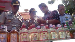 Bupati Rembang, Abdul Hafidz didampingi Wakapolres dan Kabag Operasional Polres Rembang, saat ekspose barang bukti Miras di halaman Kantor Bupati Rembang, Sabtu pagi (12 Mei 2018).