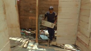 Warga Desa Karangmangu Kecamatan Sarang menyelamatkan barang berharga dari dalam rumahnya. (gambar atas) Kondisi rumah di pinggir pantai Desa Karangmangu yang dikosongkan, Kamis siang.