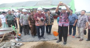 Bupati Rembang, Abdul Hafidz (kanan) dan Mr. Jonk selaku investor, ketika peletakan batu pertama pabrik sepatu, Kamis (03/05).