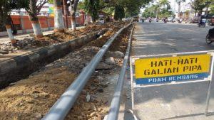 Penggalian pinggir Jl. Pemuda Rembang, untuk mengganti pipa PDAM.
