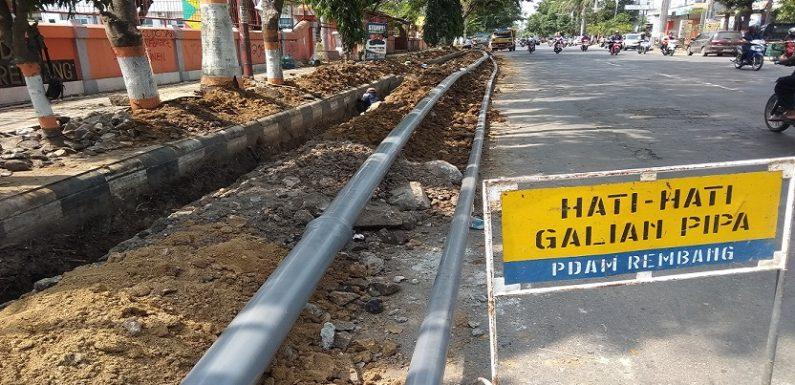Sering Muncul Keluhan, PDAM Mengganti Pipa Air Di Jl. Pemuda Rembang