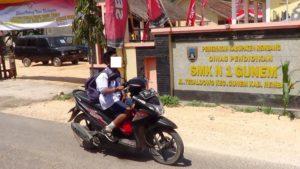 Seorang pelajar SMP N di Gunem mengendarai sepeda motor tanpa memakai helm, saat pulang sekolah.