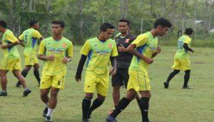 Para pemain PSIR Rembang latihan di lapangan sekitar hotel tempat menginap di Aceh, Senin pagi (07/05).