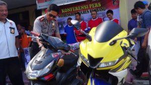 Kapolres Rembang, AKBP Pungki Bhuana Santosa mengecek barang bukti penggelapan motor.