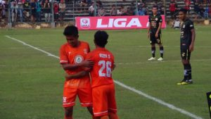 Gelandang PSIR, Zaenal Arifin dan Rudi Setiawan dalam sebuah laga, belum lama ini.