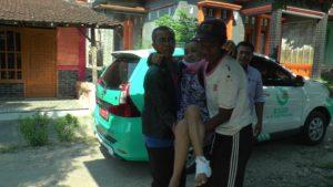 Pasien diantar pulang gratis dengan menggunakan mobil layanan prima Rumah Sakit dr. R. Soetrasno Rembang.