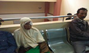 Salah satu pasien rawat jalan menunggu pelayanan di lantai II Rumah Sakit dr. R. Soetrasno Rembang.