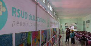 Pasien rawat jalan berada di lorong rumah sakit dr. R. Soetrasno Rembang, belum lama ini.