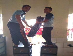 Dua orang Napi Rutan Rembang, menunjukkan cara menurunkan korban, yang digantikan dengan guling, dalam kegiatan pra rekonstruksi, Sabtu (05/05).