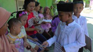 Siswa SDIT Avicenna Lasem membagikan qurma kepada warga. (gambar atas) pawai menyambut datangnya bulan suci Ramadhan, Rabu pagi (09/05).